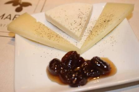 Käsevariation aus Kreta mit Graviera, Kefalotyri und Anthotyros mit Weintrauben in Sirup